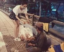 Angela Phương Trinh bị 'ném đá' vì đeo khẩu trang đi từ thiện