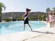 """Mải """"bung lụa"""" tạo dáng, thí sinh hoa hậu hoàn vũ Tây Ban Nha lao thẳng xuống hồ bơi"""
