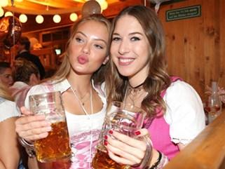 Dàn WAGs tuyệt sắc khoe dáng tại lễ hội bia lớn nhất thế giới