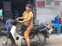 """Nhìn cậu bé """"chiêu trò"""" bám đuôi xe mẹ này, có ai thấy tuổi thơ của chính mình trong đó?"""