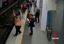 Ngất xỉu rồi ngã xuống đường ray tàu điện ngầm, chẳng ngờ vận may vẫn mỉm cười với người đàn ông gặp tai nạn