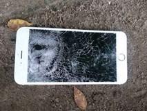 """Chàng trai chia tay, đập nát điện thoại người yêu vì cô """"sống ảo"""" quá mức"""