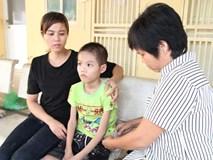 """Bé trai 10 tuổi, nặng 14kg ăn mãi không no vì có """"hệ tiêu hóa"""" để ngoài da"""