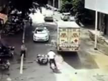 Bố mẹ quên rút chìa, con lao thẳng xe máy vào ô tô