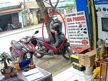 Clip: Trộm thản nhiên bẻ khóa cuỗm xe máy trước cửa hàng camera
