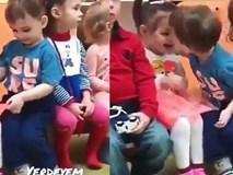 Chết cười khi trẻ mầm non... hôn nhau