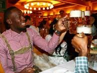 Tay chơi Usain Bolt 'đắm mình' trong hội bia bên bạn gái quyến rũ