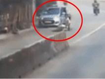 Clip: Mở cửa bất cẩn khiến đôi nam nữ chạy xe máy ngã nhào ra đường, tài xế taxi lái xe bỏ chạy