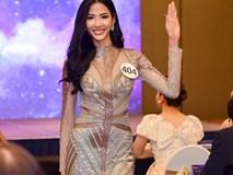 Top 70 Hoa hậu Hoàn vũ Việt Nam catwalk ngay trong họp báo ra mắt