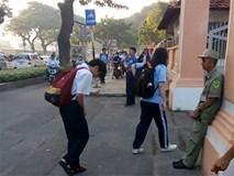 Xúc động cảnh học sinh chuyên Lê Hồng Phong cúi chào bảo vệ