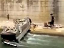 Clip: Bố quên rút khóa ô tô, con 2 tuổi nổ máy khiến cả người và xe lao xuống sông