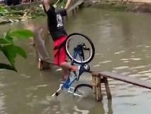 Cười đau ruột với trò chơi đi xe đạp qua cầu ván siêu nhỏ