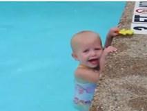 Em bé 3 tuổi siêu đáng yêu bơi lội điệu nghệ quanh bể bơi