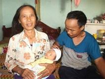 Niềm vui bất ngờ của vợ chồng hiếm muộn nhặt được trẻ sơ sinh bị bỏ rơi