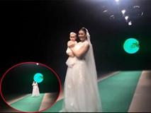 Hồng Quế suýt ngã khi bế con trên sân khấu thời trang