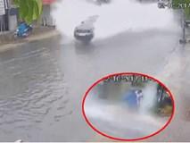 Video khiến nhiều người bức xúc: Xe sang lao như bay, nước văng tung tóe 2 bên đường ngập ở TP. Hồ Chí Minh