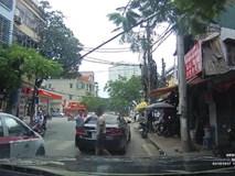 Va chạm trên phố Thụy Khuê (Hà Nội), 2 tài xế bình tĩnh xem xét rồi niềm nở bắt tay nhau đầy thân thiện