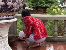 Vừa diện quần áo chỉnh tề, Hoài Linh lại chân đất đội mưa dọn rác sau lễ giỗ Tổ hoành tráng