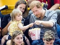 """Cô bé 2 tuổi hồn nhiên """"ăn trộm"""" bỏng ngô của Hoàng tử Anh"""