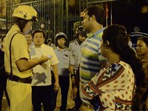 Clip: Giúp du khách bị giật túi xách, cảnh sát giao thông TP HCM nói tiếng Anh 'như gió'