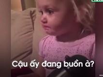 Cô bé khóc nức nở vì xem phim hoạt hình