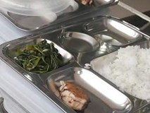 Bữa ăn 19.000 đồng của trẻ tiểu học chỉ có miếng cá nhỏ và rau muống