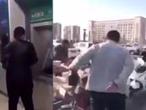 Dàn cảnh cướp đồ ngày trên phố