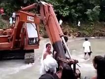 Video: Nước dâng cao chắn lối, cặp uyên ương dùng máy xúc vượt suối về nhà trong đám cưới