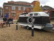 Thanh niên rảnh rỗi độ nguyên cái xe hơi thành chiếc máy ảnh khổng lồ