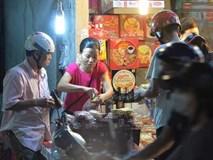 Người dân Hà Nội đổ xô ra vỉa hè mua bánh Trung thu đại hạ giá 15.000 đồng/cái