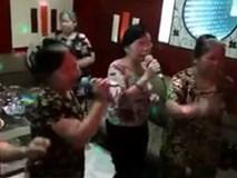 Các bà các mẹ vừa hát vừa 'quẩy' cực chất trong quán karaoke hút triệu lượt xem
