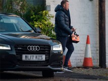 Rooney thất thểu đi cắt cỏ, lao động công ích
