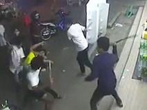 Clip: Cả chục tên côn đồ cầm dao và mã tấu kéo tới quán karaoke đập phá, đánh người