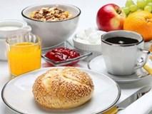 Nhịn ăn sáng ngày hành kinh, một bé gái bị té nát mặt