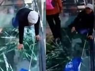 Sự thật phía sau đoạn video cây cầu kính rạn nứt, hướng dẫn viên du lịch ngồi thụp xuống kêu gào