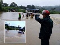 Xe khách chết máy giữa dòng nước lũ cuồn cuộn, dân dùng giây thừng giải cứu 47 học sinh
