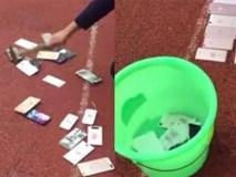 Nhà trường công khai đập vỡ hàng loạt điện thoại của học sinh, thả vào xô nước