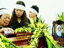 Đám tang thầy Văn Như Cương: Người vợ đứng không vững khi đến nhà tang lễ