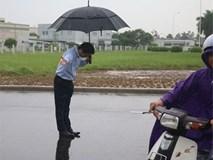 Ông chủ người Nhật đội mưa cúi đầu chào khách vào đổ xăng gây sốt cộng đồng mạng