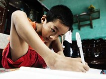 Đôi chân diệu kì của cậu bé 7 tuổi không tay