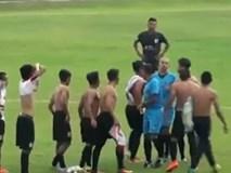 """Hỗn chiến ở giải Indonesia: Cầu thủ dàn trận cởi áo đòi """"xử"""" trọng tài"""