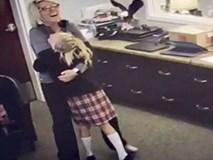 Biết mình được nhận nuôi, cô bé 11 tuổi bộc lộ cảm xúc khiến hàng vạn người cảm động