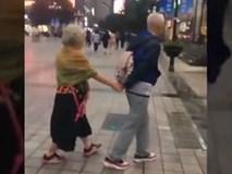 Về già, bạn muốn ai sẽ người dắt đi dạo phố như thế này?