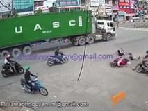Chàng trai cố tình tạt đầu xe container và hậu quả khiến người ta rùng mình