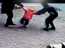 Bắt cóc trẻ em trắng trợn, giằng em bé đang đi bộ với bố
