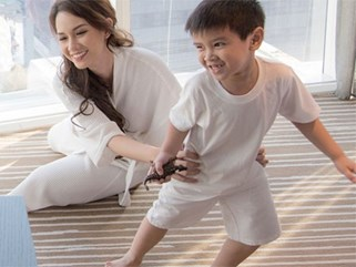 """MC Quỳnh Chi: """"Mẹ phải chọn giữa 1 bên là được gần con, 1 bên là tương lai của con. Và mẹ đã chọn"""""""