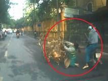 Đi xe máy cắm mặt vào điện thoại, tông ngã nữ lao công