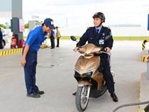 Nhân viên cây xăng Nhật không mặc đồng phục, không còn cúi đầu chào khách gây tranh cãi