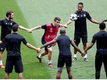 Các cầu thủ Man Utd thực hiện bài tập lạ mắt trên sân Benfica
