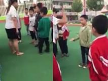 Cô giáo tiểu học vung chân đạp, vụt tay học sinh bằng giày cao gót gây phẫn nộ